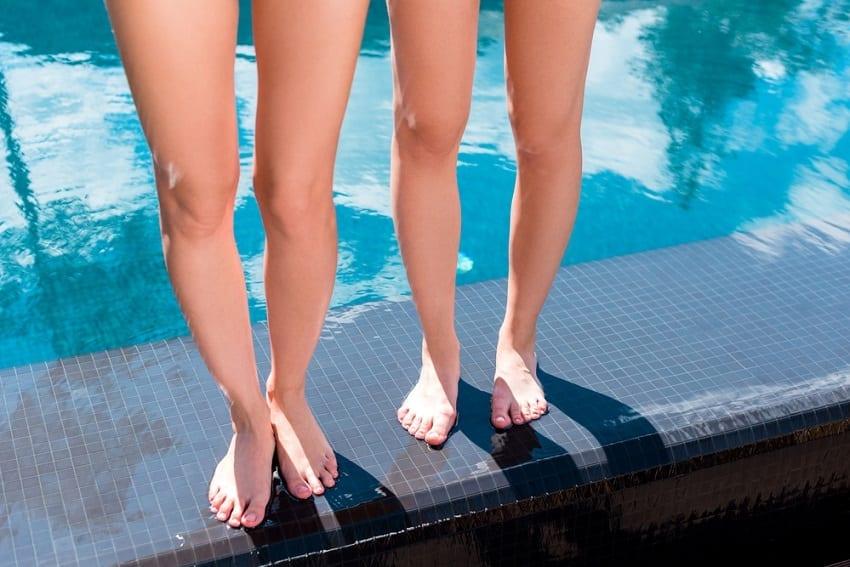 pies descalzos en piscina posibilidad de contraer hongos