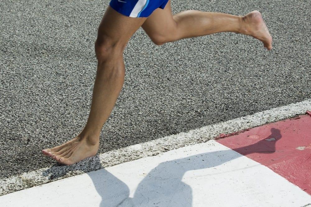 ¿Por qué no debemos correr descalzos o con sandalias?