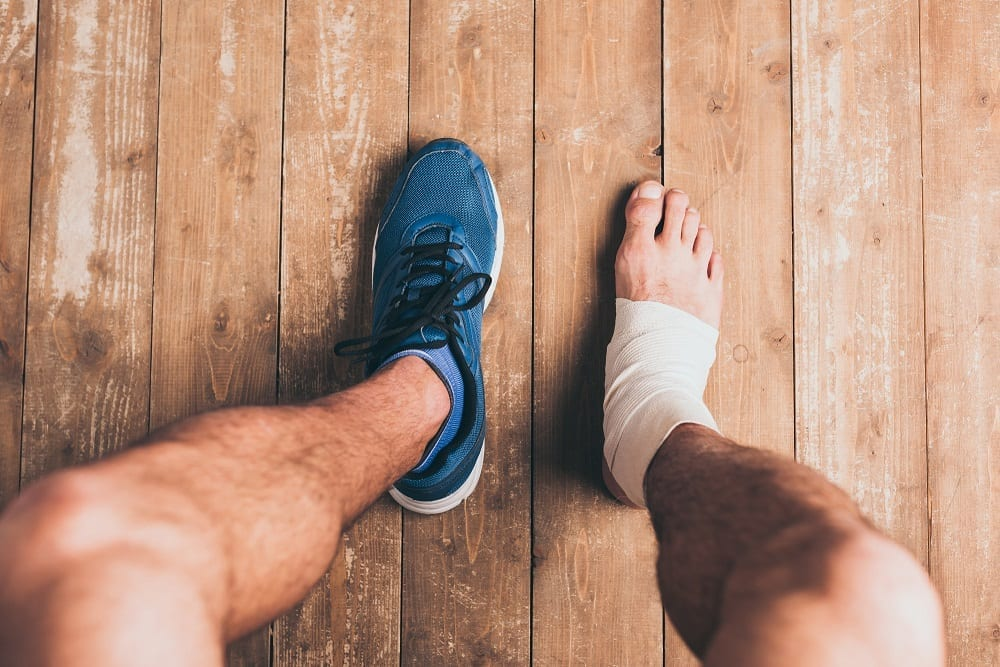 deportista con pie herido