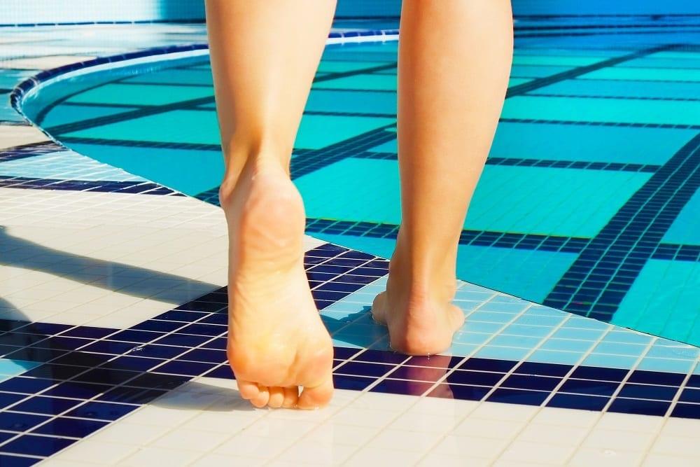 Hongos e infecciones en los pies:  Cómo prevenirlos cuando vayas a la piscina