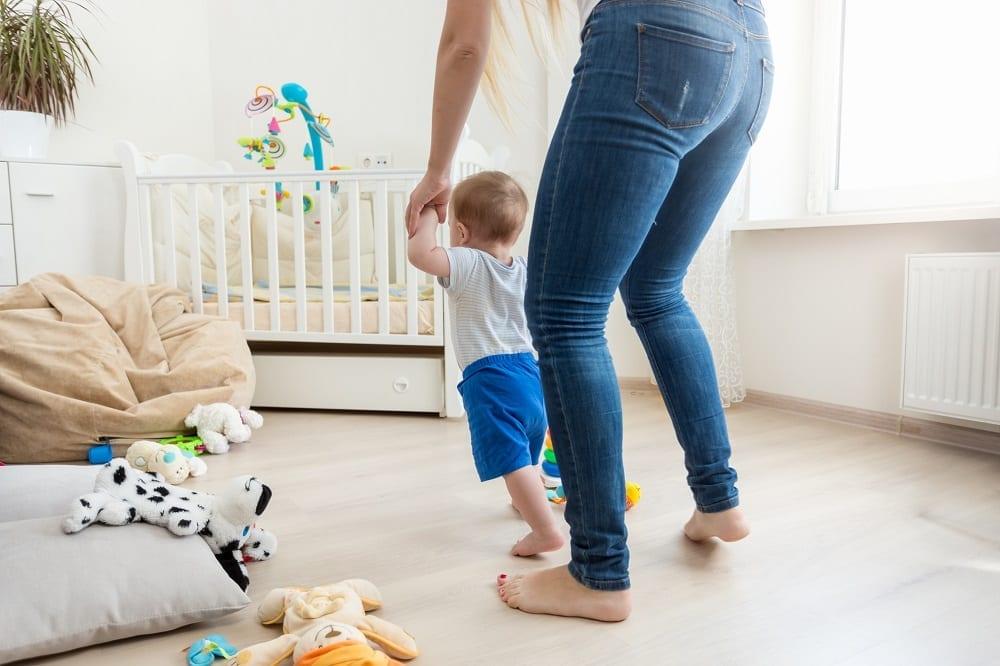 caminando-descalza-en-casa-con-el-bebe
