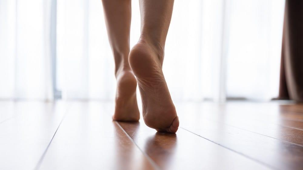 ¿Por qué es bueno para tu salud caminar descalzo?