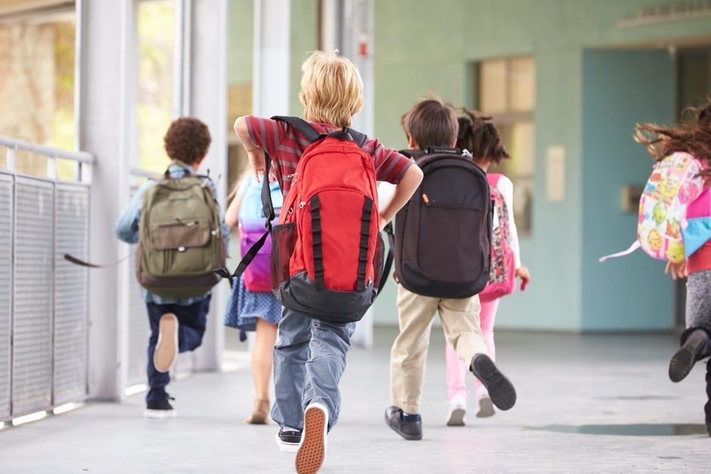 Mochilas escolares: Así es cómo afectan los pies de tus hijos