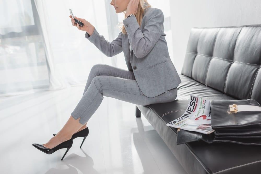 mujer de negocios con zapatos de tacon