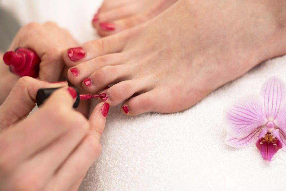 Efectos del abuso de esmaltes en las uñas de los pies