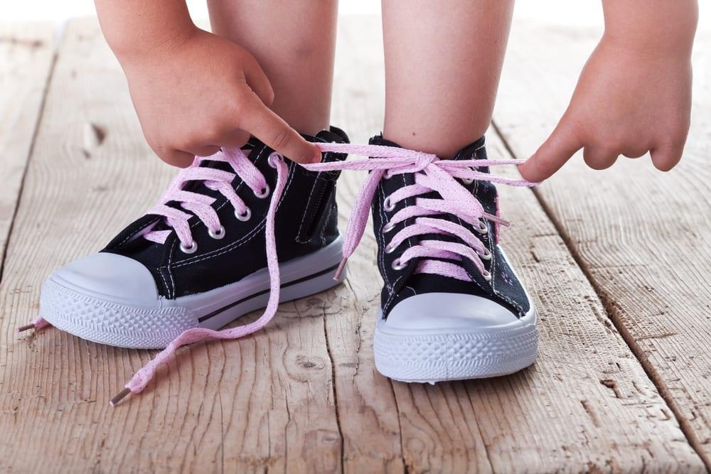 niño con calzado heredado