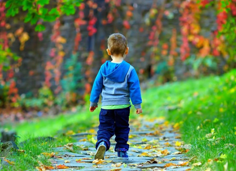 ¿Tu hijo camina con los pies hacia dentro? Motivos y soluciones.