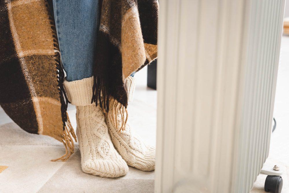 Pies fríos ¿Por qué siente los pies helados y qué puede hacer para evitarlo?